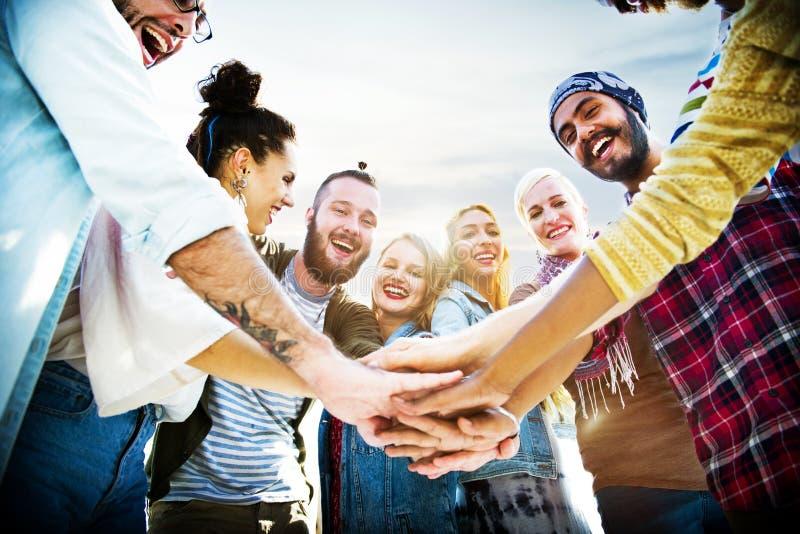 L'amitié joignent le concept de plage d'été de célébration de mains photo stock