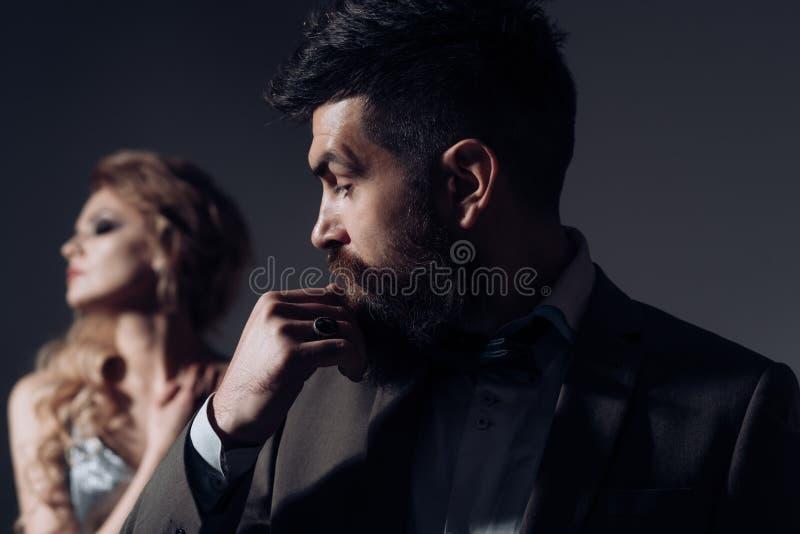 L'amore è uno sguardo tenero Uomo barbuto e donna sexy alla prima data Giorno felice dei biglietti di S Coppie della data della d fotografia stock