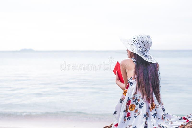 L'amore aspettante o qualcuno della donna asiatica la rende felice A sola fotografia stock