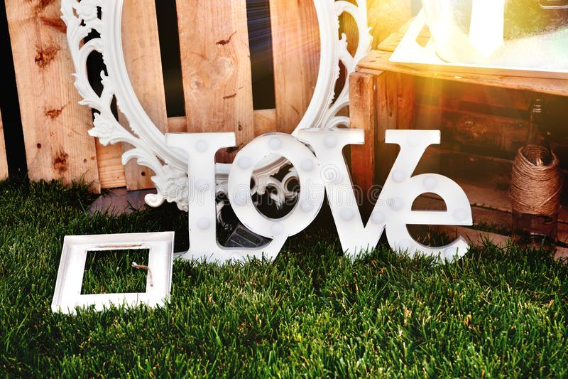 L'amore di parola composto di lettere bianche sul tramonto Proposta della decorazione Pianificazione delle nozze, celebrazioni ne immagini stock