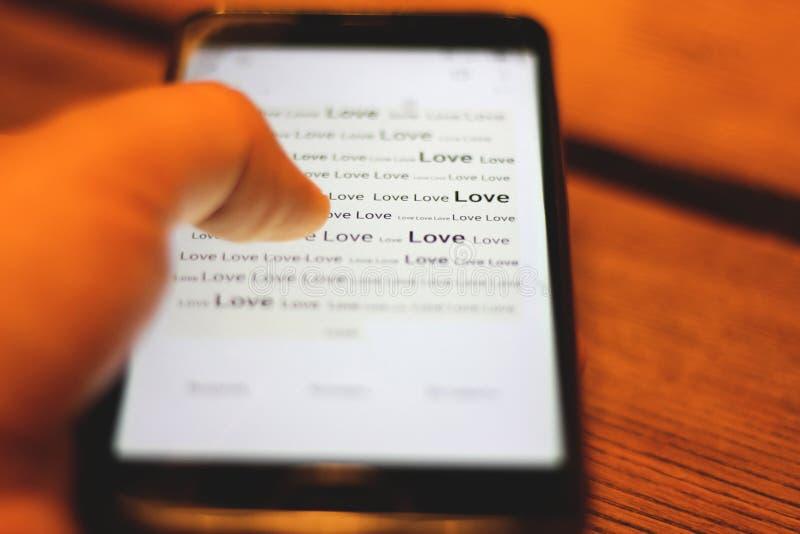 L'amore di parola sull'esposizione del telefono Primo piano fotografia stock libera da diritti