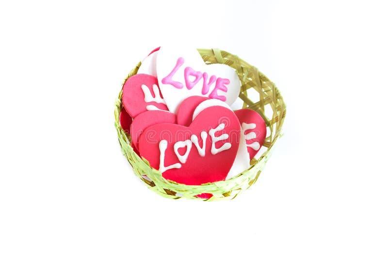 l'amore firma dentro un piccolo busket di bambù fatto a mano fotografie stock