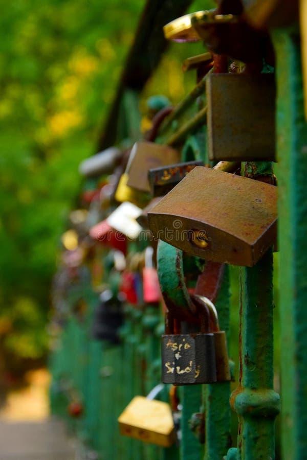 L'amore fissa il brigde fotografia stock