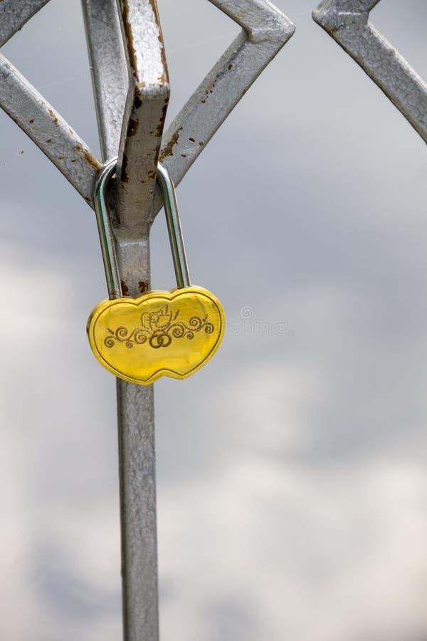 L'amore fissa il ponte fotografie stock