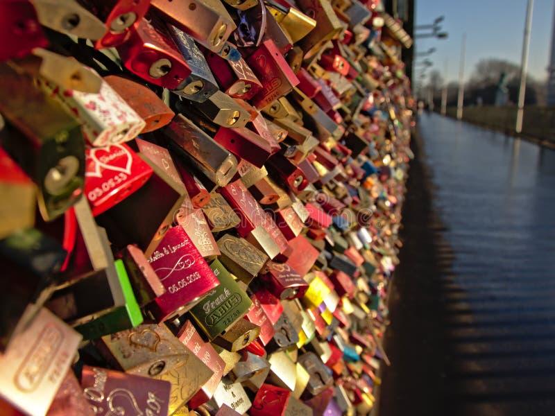 L'amore fissa il ponte ferroviario di Hohenzollern, Colonia, fuoco selettivo immagini stock libere da diritti