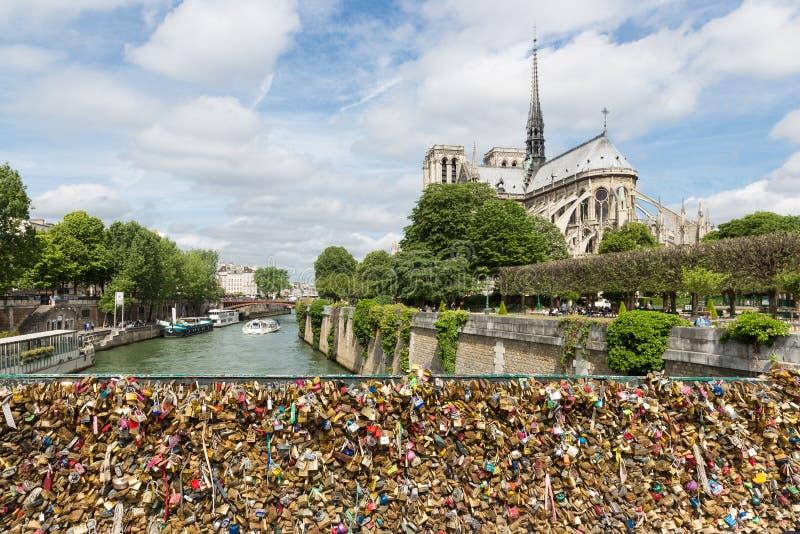 L'amore padlocks al ponte sopra il fiume la Senna a Parigi, Francia fotografia stock
