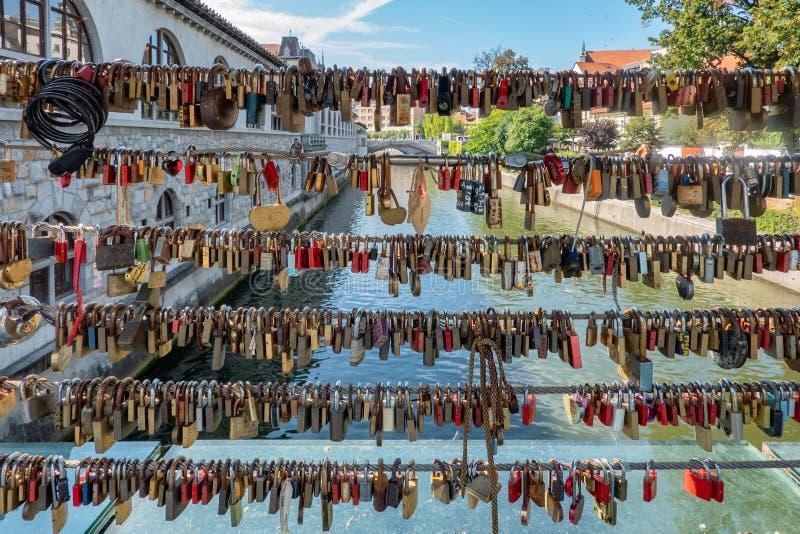 L'amore padlocks su un ponte a Transferrina in Slovenia immagine stock libera da diritti