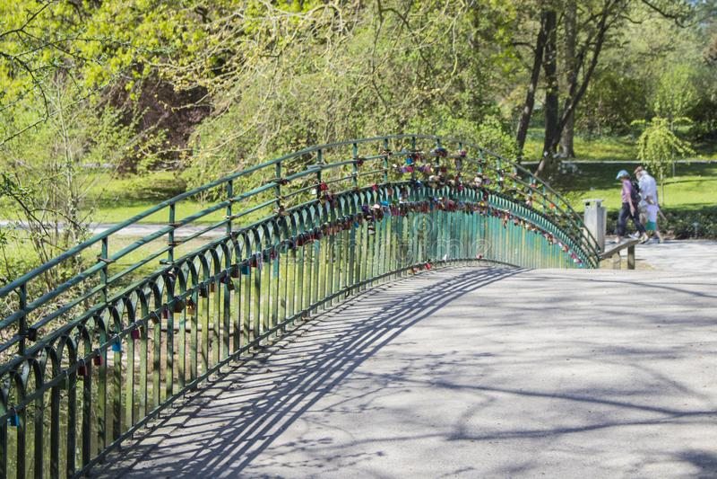 L'amore padlocks sul ponte al giardino botanico tedesco a Dortmund fotografia stock libera da diritti