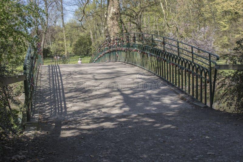 L'amore padlocks sul ponte al giardino botanico tedesco a Dortmund immagine stock