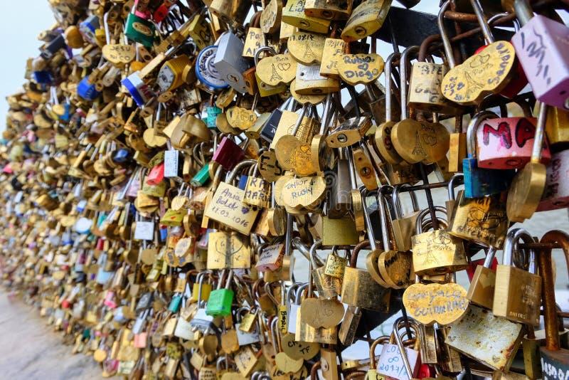 L'amore padlocks sul ponte della Senna a Parigi, Francia fotografie stock libere da diritti