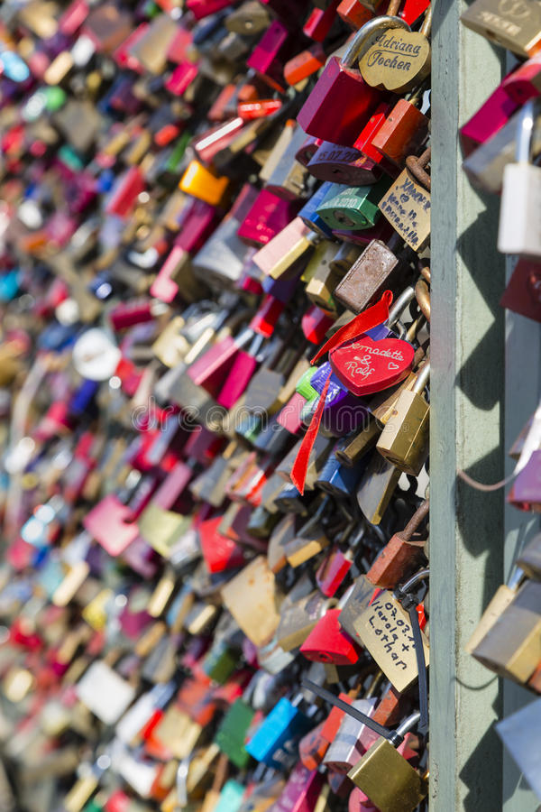 L'amore padlocks sul ponte di Hohenzollern in Colonia immagine stock