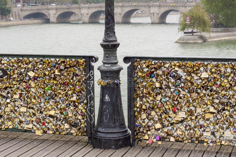 L'amore padlocks sul ponte di Pont des Arts, la Senna a Parigi Fra fotografia stock