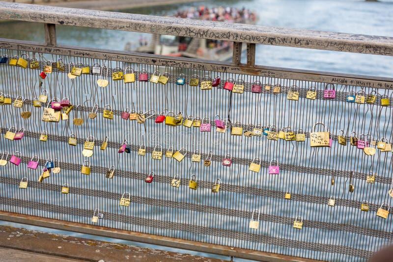 L'amore padlocks sul ponte di Pont des Arts a Parigi, Francia immagine stock libera da diritti