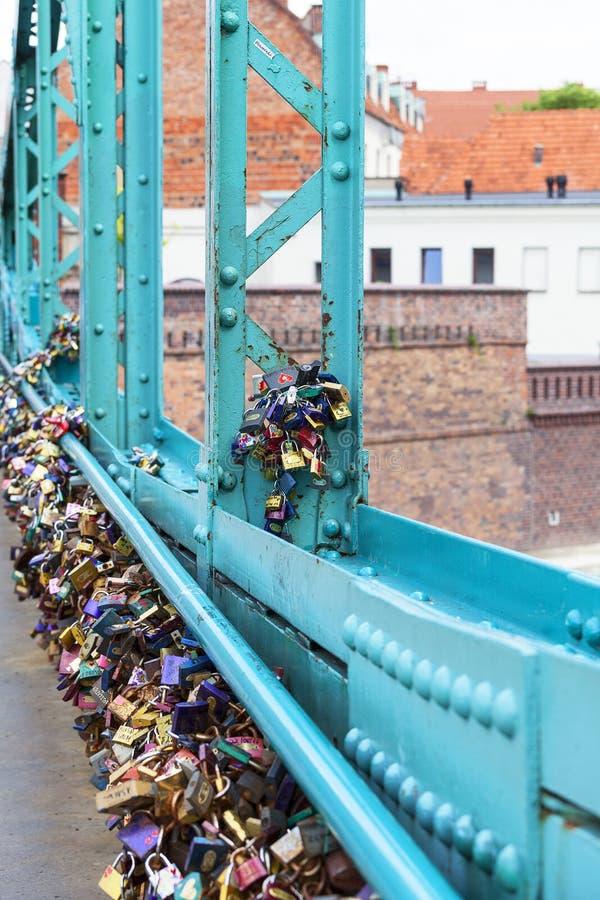 L'amore padlocks sul ponte di Tumski, Ostrow Tumski, Wroclaw, Polonia fotografia stock libera da diritti