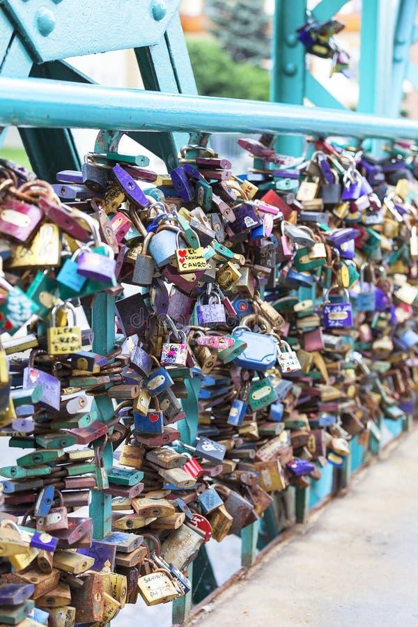 L'amore padlocks sul ponte di Tumski, Ostrow Tumski, Wroclaw, Polonia immagini stock libere da diritti