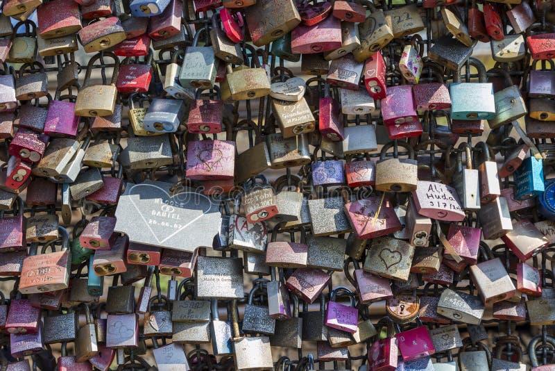 L'amore padlocks sul recinto del ponte di Hohenzollern in Colonia fotografia stock libera da diritti