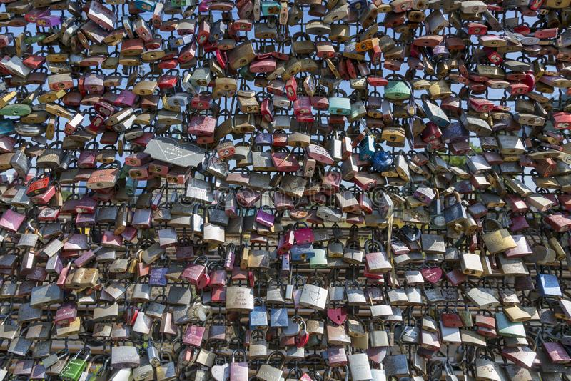 L'amore padlocks sul recinto del ponte di Hohenzollern in Colonia immagini stock libere da diritti