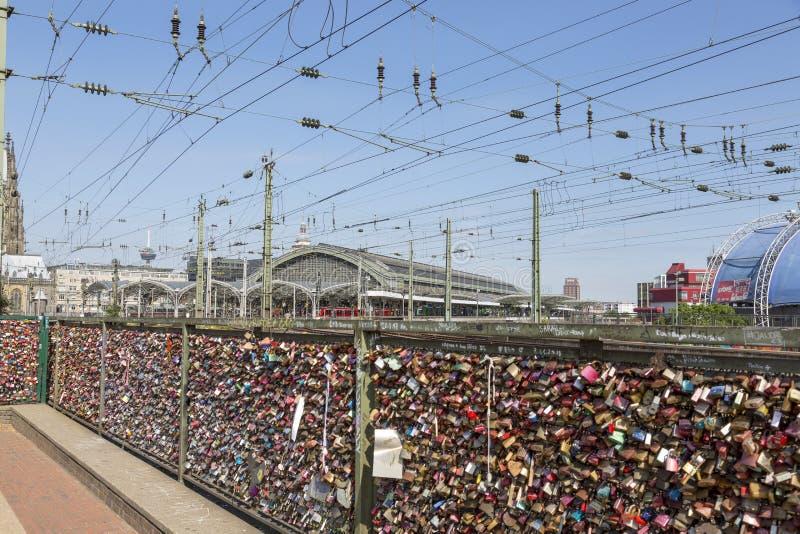 L'amore padlocks sul recinto del ponte di Hohenzollern in Colonia immagini stock