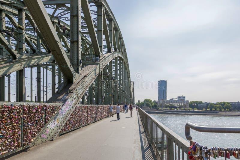 L'amore padlocks sul recinto del ponte di Hohenzollern in Colonia immagine stock libera da diritti