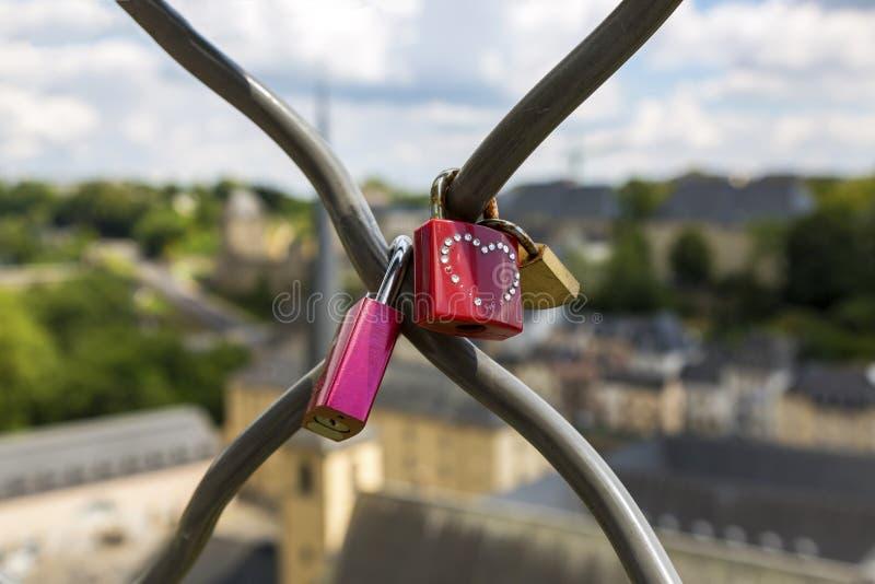 L'amore padlocks sul recinto sui precedenti della città immagini stock