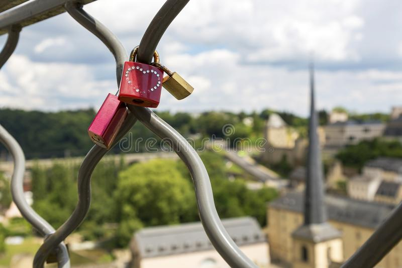 L'amore padlocks sul recinto sui precedenti della città immagine stock libera da diritti