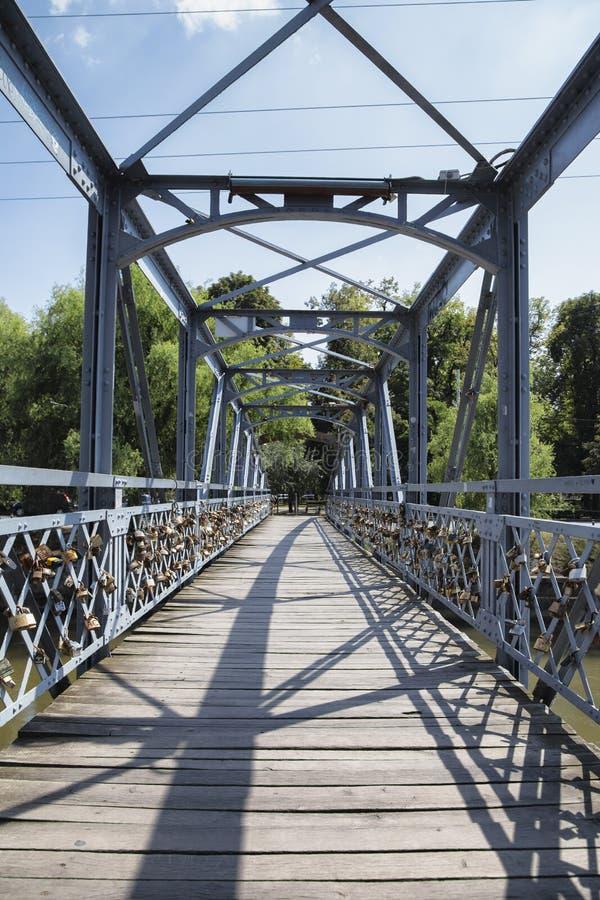 L'amore padlocks sull'inferriata di Elizabeta Bridge sul fiume di Somes il 21 agosto 2018 a Cluj-Napoca fotografie stock