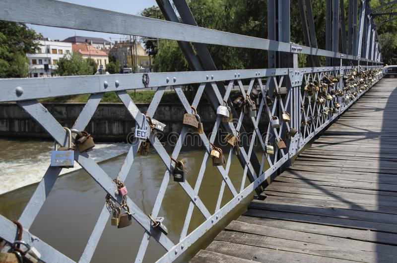 L'amore padlocks sull'inferriata di Elizabeta Bridge sul fiume di Somes il 21 agosto 2018 a Cluj-Napoca fotografia stock libera da diritti