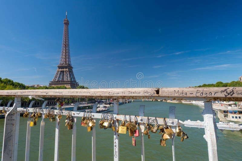L'amore padlocks sulla passerella di Debilly con la torre Eiffel nel BAC immagini stock libere da diritti
