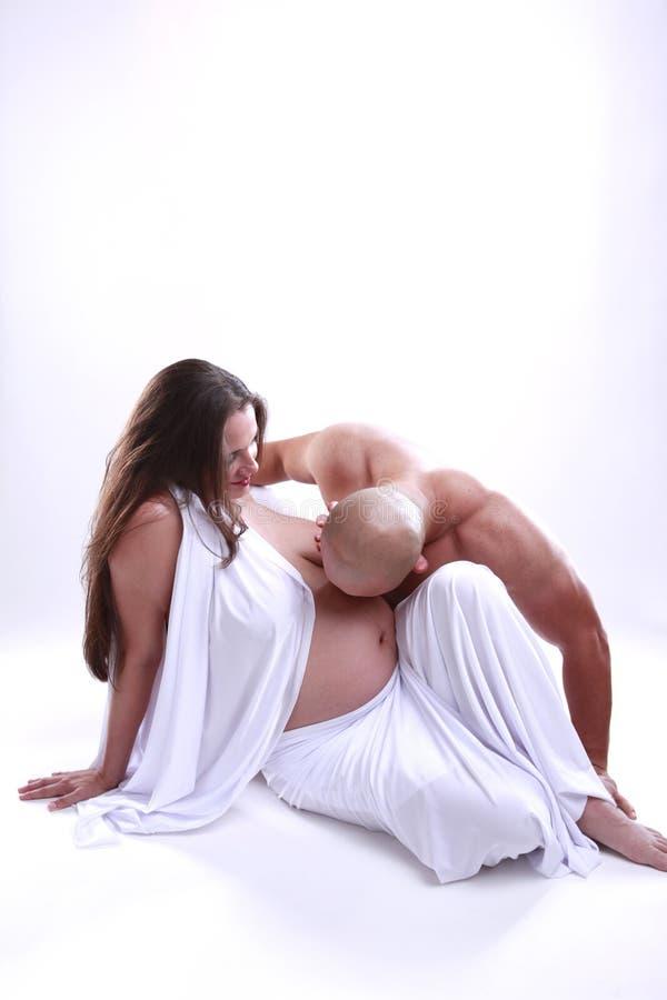 L'amour d'un couple attendant un nouveau-né image stock