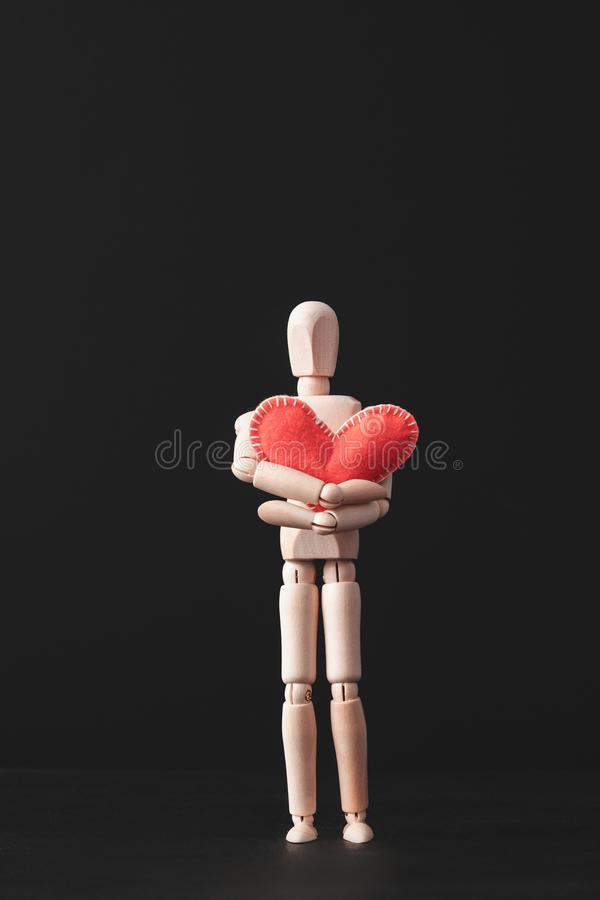 L'amour de soin se sentant aiment le coeur rouge de protection photo libre de droits