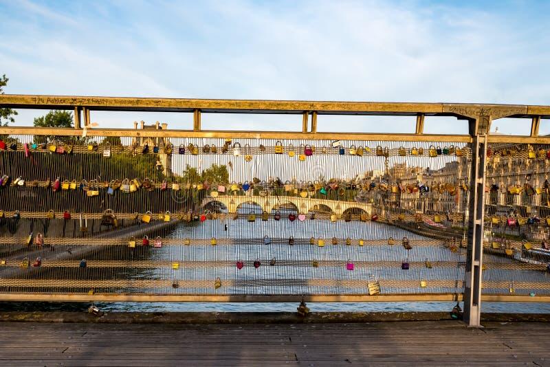 L'amour padlocks sur le pont Pont de Solferino - Paris, France photos libres de droits