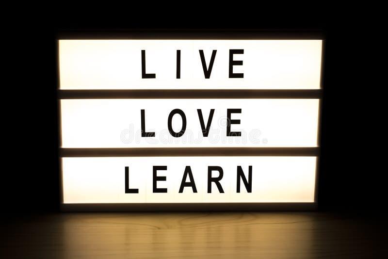 L'amour vivant apprennent le panneau de signe de caisson lumineux illustration de vecteur