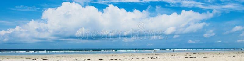 L'ampia insegna di una spiaggia del surfista in Bretagna con un grande si rannuvola la spiaggia immagini stock