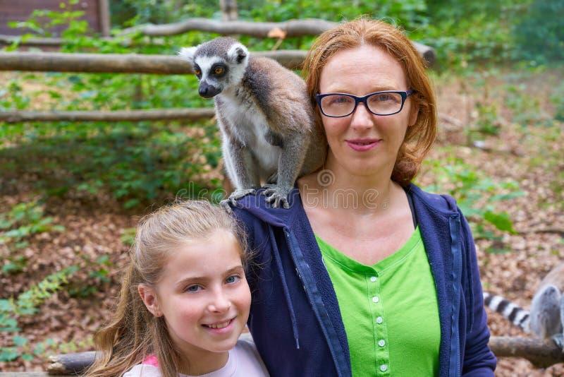 L'amusement de mère et de fille avec l'anneau a coupé la queue le lémur image stock