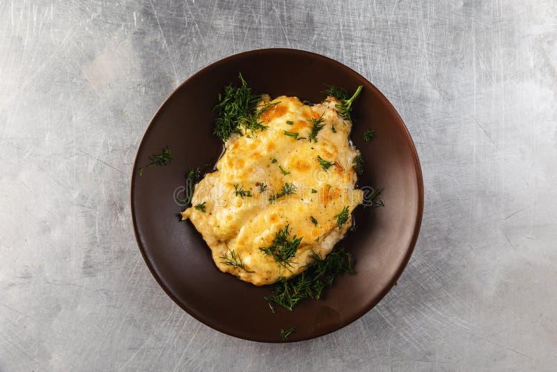 l'ananas dei filles del pollo, ha cotto nel forno ed ha completato con formaggio fuso fotografia stock