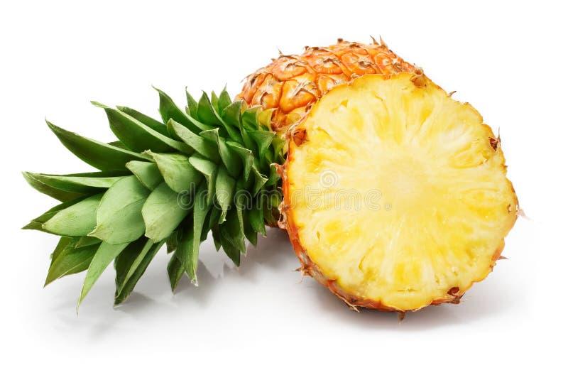 L'ananas fresco fruttifica con i fogli di verde e del taglio immagini stock libere da diritti