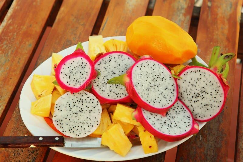 L'ananas ranbutan de mangue de fruit tropical a coupé du plat photographie stock libre de droits