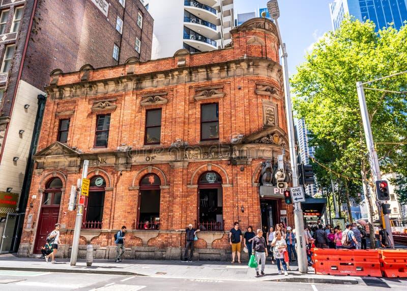 L'ancienne banque du bâtiment d'héritage de l'Australie sur George que la rue s'est maintenant transformé en bar a appelé les 3 s image stock