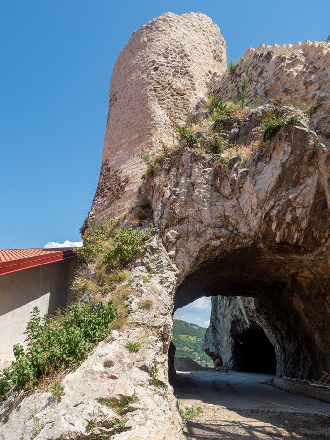 L'ancienne route pour Belgrade à la forteresse de Golubac, Serbie images stock