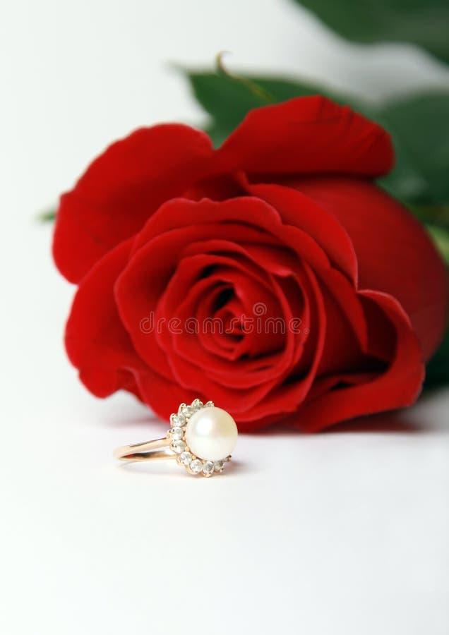 L'anello con la perla ed il colore rosso è aumentato immagini stock