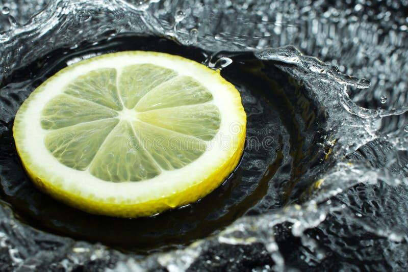 L'anello del limone con spruzza dell'acqua, di una frutta e della spruzzata della vitamina immagini stock libere da diritti