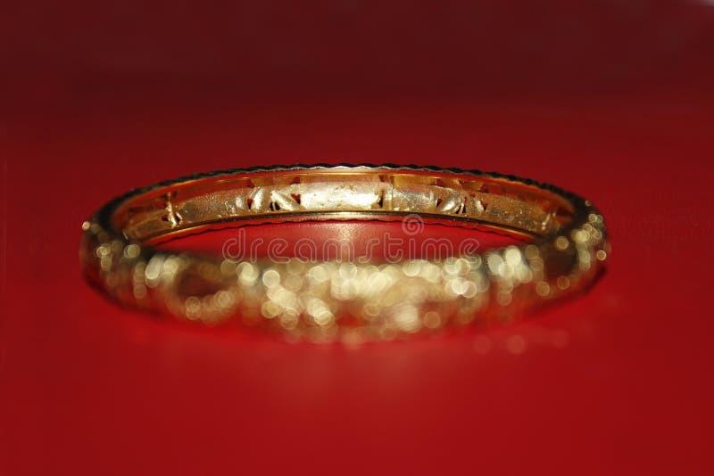 L'anello della mano ha offuscato il fondo rosso fotografia stock libera da diritti