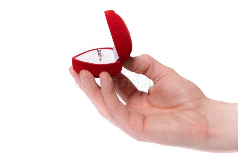 L'anello di fidanzamento della holding della mano dell'uomo ha isolato fotografie stock libere da diritti