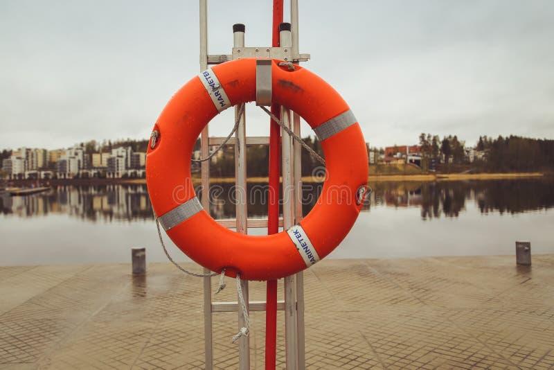 L'anello di salvagente ai salvandi vite del fos del Tamigi sulla banca del sud immagini stock