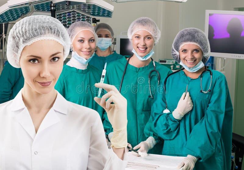 L'anestesista con la siringa e l'ambulatorio abbondano fotografia stock