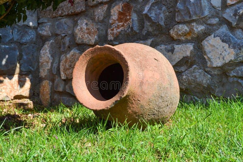 L'anfora decorativa del greco antico si trova nel giardino di estate come decorazione Frammento di architettura del p?saggio immagine stock libera da diritti