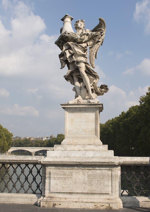 L'ange de marbre sur le ` Angelo de Ponte Sant tenant la colonne Jésus a été lié à une fois fouetté avant crucifié photo libre de droits