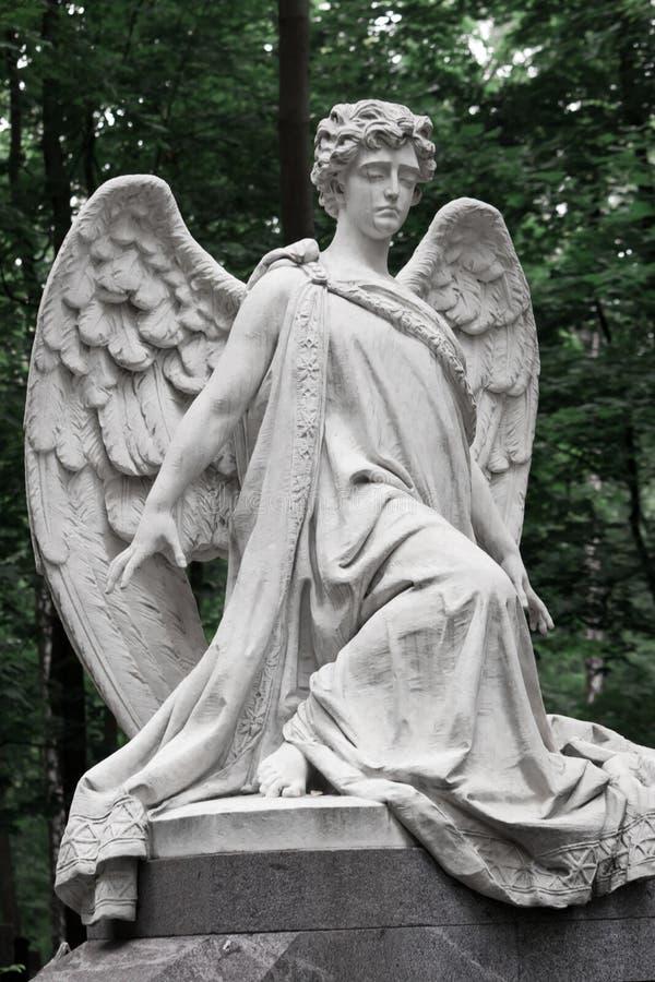 L'ange douleureux Ange de deuil de marbre sur un fond de g photographie stock libre de droits