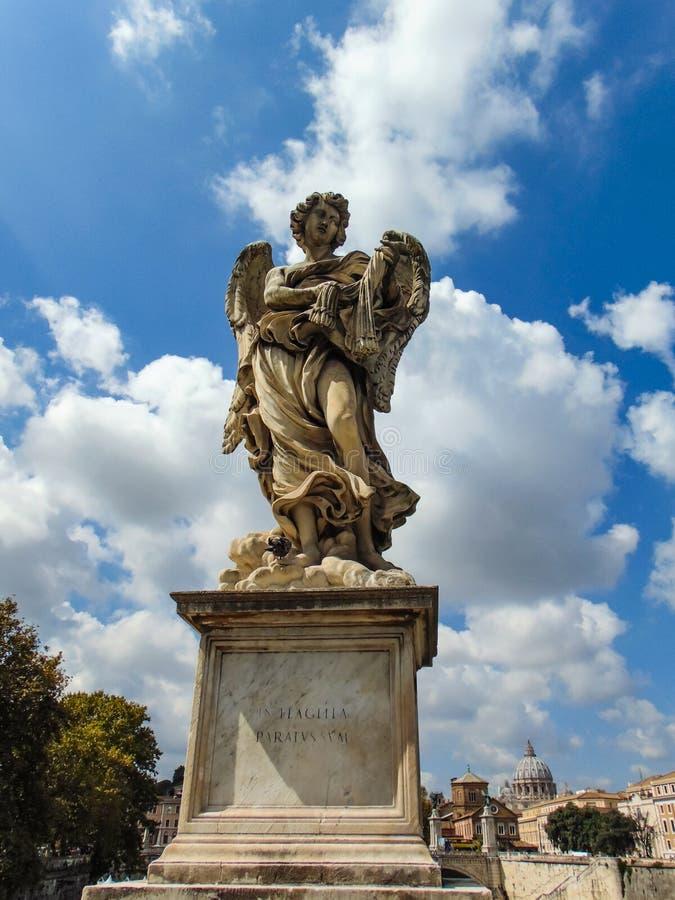 L'angelo con le fruste fotografia stock libera da diritti