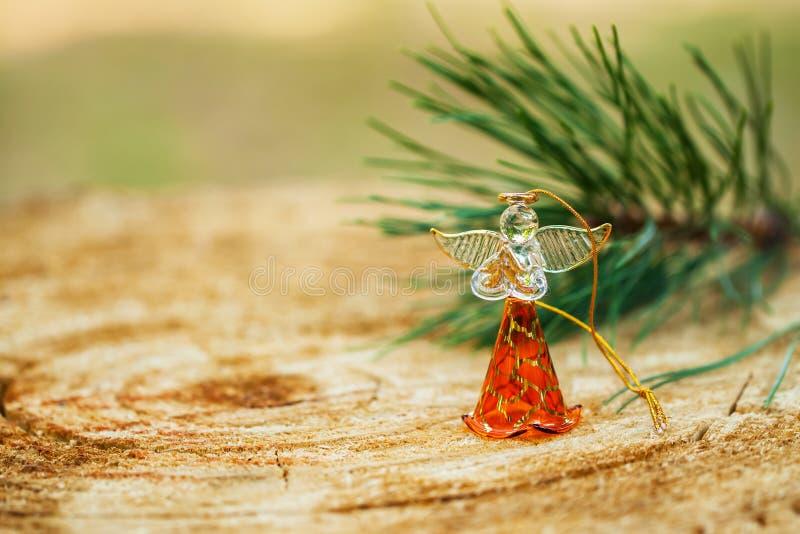 L'angelo di Natale ha fatto il vetro del fromfrom con un ramo del pino naturale su fondo, sulle decorazioni di festa e sui fondal fotografia stock